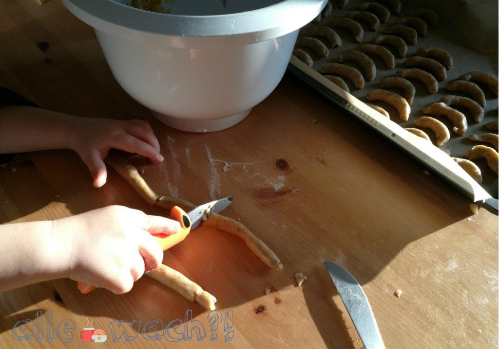 Beim Vanillekipferl backen können Kinder gut helfen