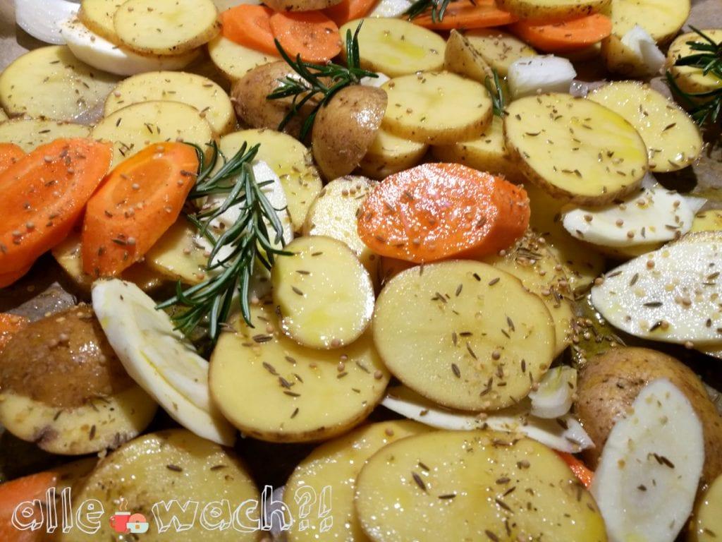 Einfaches Rezept für Ofengemüse vom Blech mit Kartoffeln, Möhren, Pastinaken und Paprika