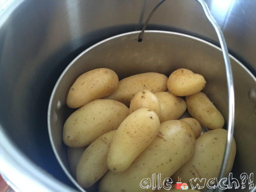 Für den fränkischen Kartoffelsalat Kartoffeln mit Schale kochen