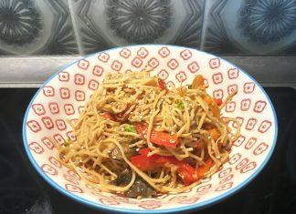 Gebratene Asia-Nudeln mit Paprika, Möhren, Brokkoli, Champignons