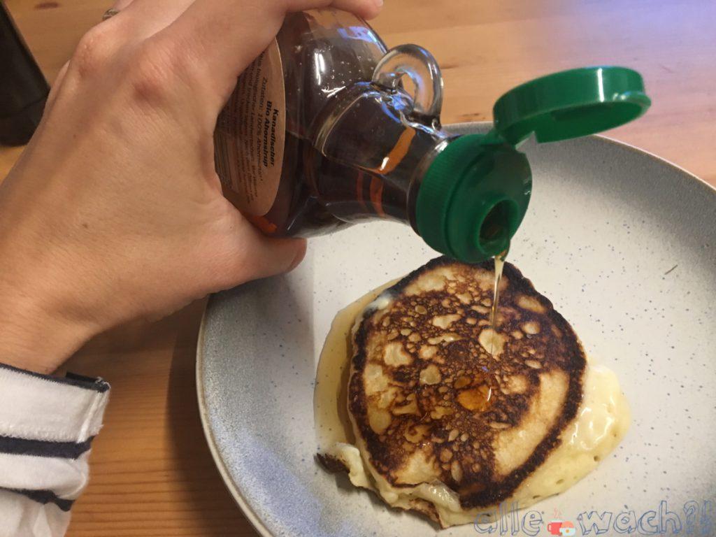 Buttermilch-Pancakes mit Ahornsirup